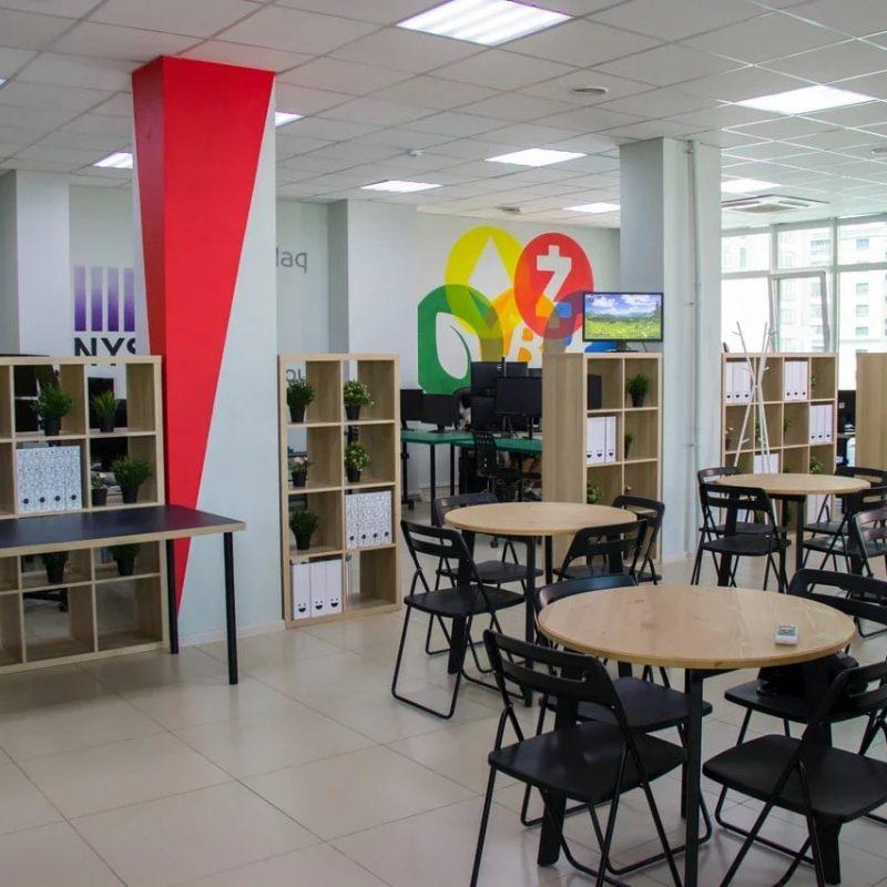 Дилинговый зал школы трейдинга LIVE nvesting group общий вид