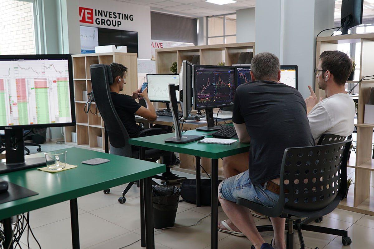 Трейдеры на стажировке после проходения онлайн курса обучения трейдингу