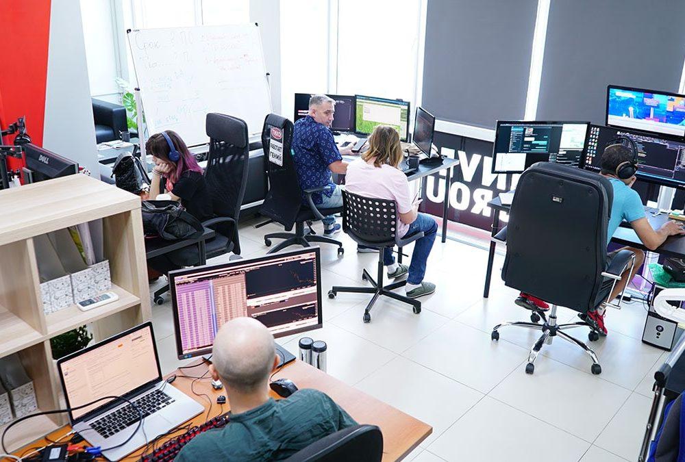 Коллектив отделов алготрейдинга и техподдержки за работой